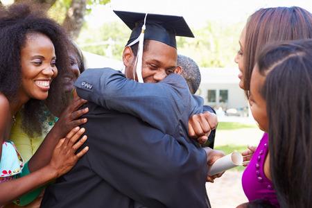 Estudante do americano africano comemora graduação