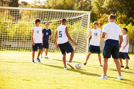Members Of Male High School Soccer Playing Match Фото со стока - 33478580