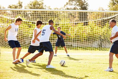 男性高校サッカーの試合を再生のメンバー 写真素材