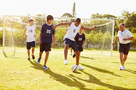 Členové Muž High School fotbal hrát zápas Reklamní fotografie