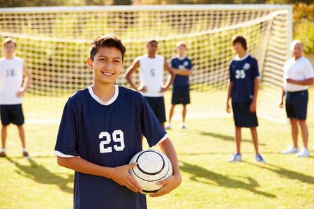 adolescente: Retrato del jugador Equipo de fútbol En Alta Escuela Foto de archivo
