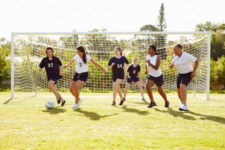 Members Of Female High School Soccer Playing Match Imagens - 33478592