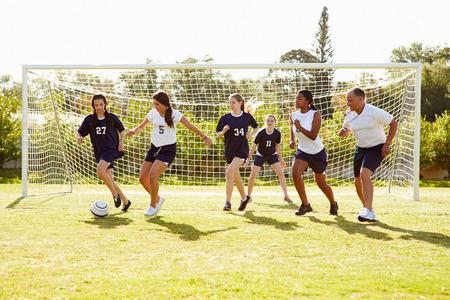 De leden van de Vrouwelijke High Soccer School Spelen Match