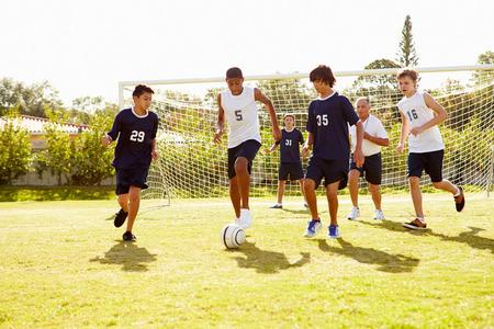 Leden van mannelijke middelbare Soccer School Spelen Match Stockfoto