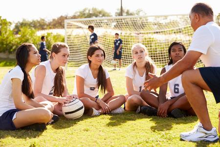 arbitros: El entrenador del equipo Dar Talk Para colmo femenino Equipo de fútbol Escuela