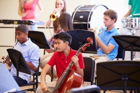 학교 오케스트라에서 악기를 연주 학생들