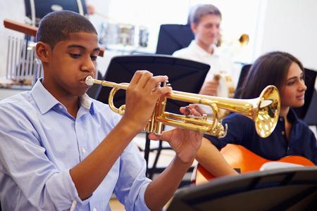 Man Leerling Spelen Trompet In High School Orchestra