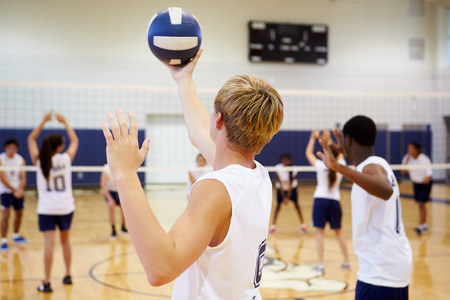 High School Volleyball Match In Gymnasium Banque d'images