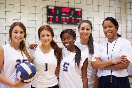 sport team: De leden van de Vrouwelijke High School Team van het Volleyball met coach