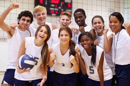 balon de voley: Retrato de la Escuela Secundaria Los miembros del equipo del voleibol Con Entrenador