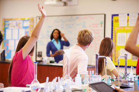 Enseignant et les élèves à l'école secondaire de classe science