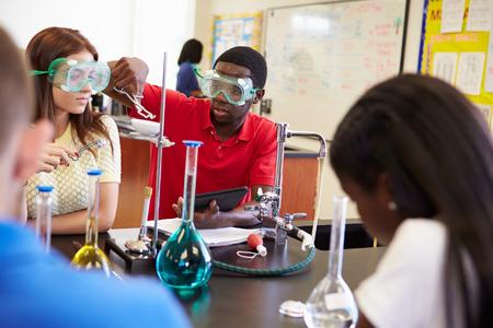 과학 수업에서 실험을 수행 학생들