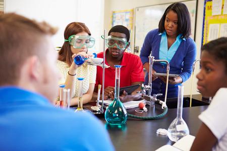 in lab: Los alumnos que lleven a cabo Experimento En clase de la ciencia