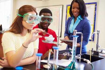 理科の授業で実験を行う生徒 写真素材