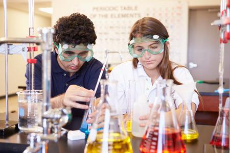 과학 수업에서 실험을 실시하기 학생들