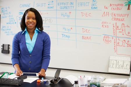 Wetenschap Leraar permanent op het whiteboard met digitale tablet Stockfoto