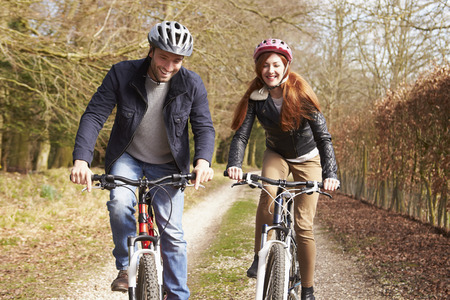 Couple Le Cycle Ride in Winter Campagne Banque d'images - 33508246