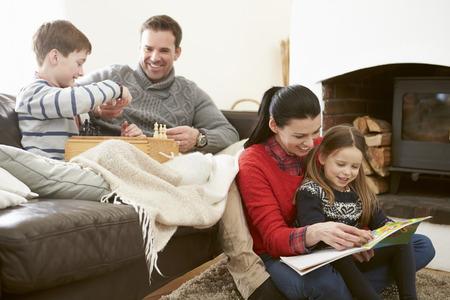 Gia đình thư giãn trong nhà Chess Chơi và Đọc Sách