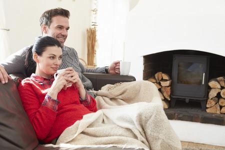 自宅でテレビを見てリラックス カップル