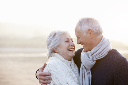parejas romanticas: Pareja mayor rom�ntico en la playa de invierno Foto de archivo