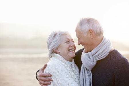 femme romantique: Romantique Couple senior Sur la plage d'hiver Banque d'images