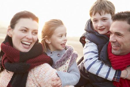 families together: Retrato de la familia en la playa del invierno Foto de archivo