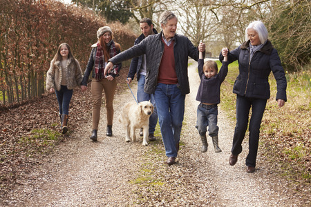 家庭: 多代家庭在農村走 版權商用圖片