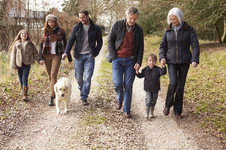 familie: Multi-generatie familie op het platteland Walk Stockfoto