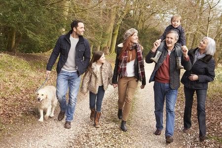 persona cammina: Multi Generation Famiglia On Campo Camminate