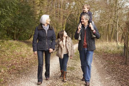 田舎での散歩で孫を持つ祖父母