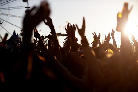 野外音楽フェスティバルで観客