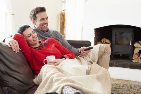 mujer viendo tv: Pareja de relax en casa viendo la televisión