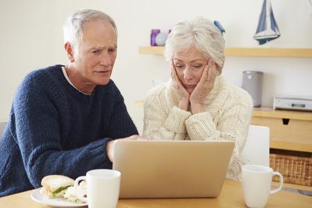 노트북을 찾고 금융 문제 수석 부부 스톡 콘텐츠
