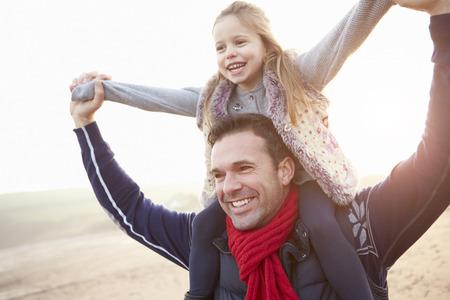 padre e hija: Padre e hija caminar en la playa de invierno