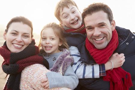 scarf beach: Retrato de la familia en la playa del invierno Foto de archivo