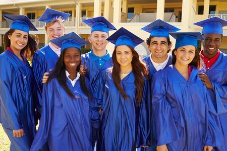 Grupo de estudiantes de secundaria de la graduación Celebración Foto de archivo - 33508730