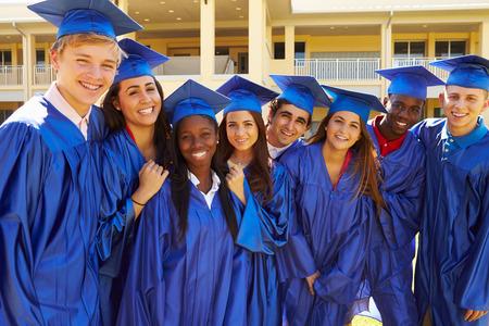 Grupo de estudiantes de secundaria celebrando la graduación Foto de archivo - 33527095