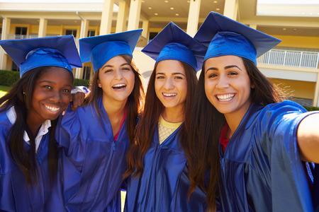 licenciado: Grupo de mujeres estudiantes de secundaria que celebra la graduaci�n