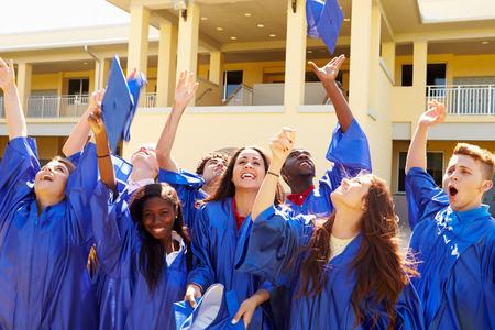 Grupo de estudiantes de secundaria de la graduación Celebración Foto de archivo - 33527096
