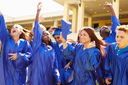 庆祝毕业的小组高中学生