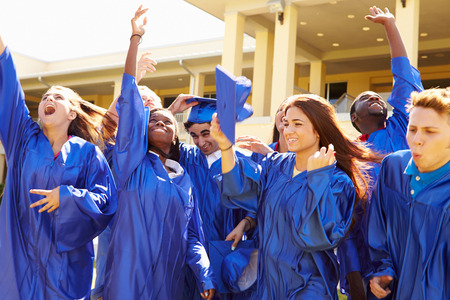 escuelas: Grupo de estudiantes de secundaria de la graduaci�n Celebraci�n
