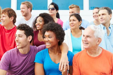 spectators: Multitud de espectadores que miran Evento Deportes al aire libre