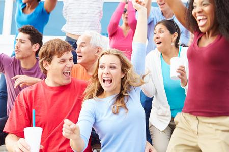spectators: Los espectadores que celebran en Evento Deportes al aire libre