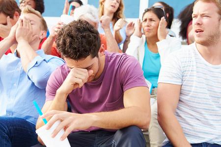 屋外のスポーツ イベントでの失望の観客