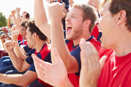 match: Die Zuschauer in den Teamfarben Zusehen Sportereignis