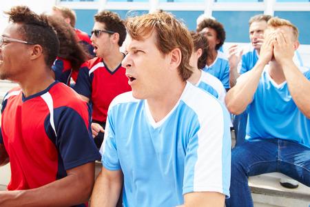 spectators: Espectadores rivales Watching Evento Deportivo Foto de archivo