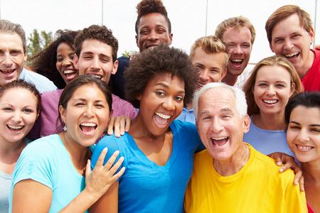 femmes souriantes: Portrait ext�rieure de la foule multi-ethnique Banque d'images