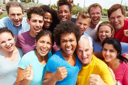 gente feliz: Retrato al aire libre de multitud multiétnico Foto de archivo