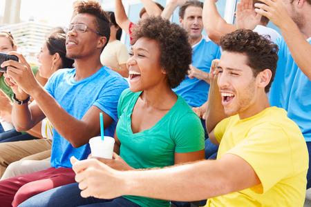 spectators: Espectadores en Colores del equipo de observaci�n de eventos Deportes Foto de archivo