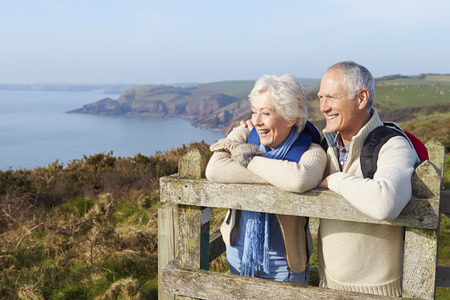 Hoger paar dat langs Coastal Path Stockfoto